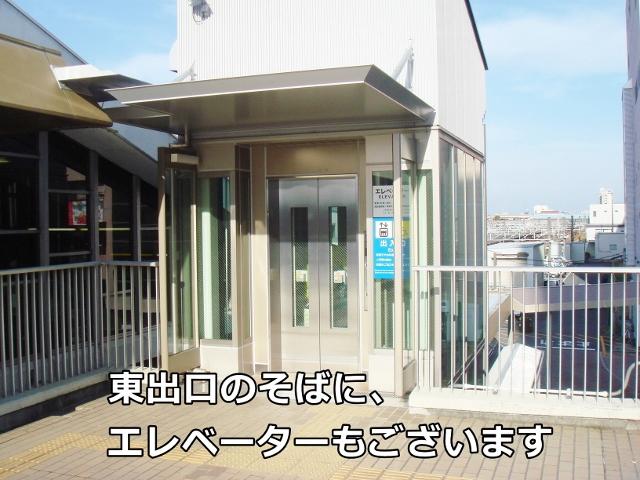 東出口のそばに、エレベーターもございます。